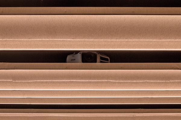 proiettore-epson-4k-sala-conferenza-soffitto-hotel-nascosto