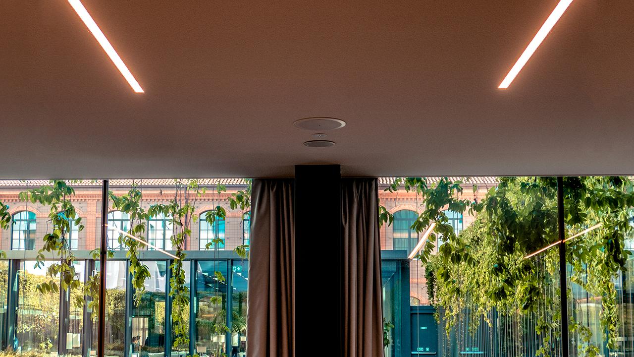qsc-diffusori-incassati-soffitto-sala-conferenza-invisibili-a-scomparsa-impianto-controsoffitto