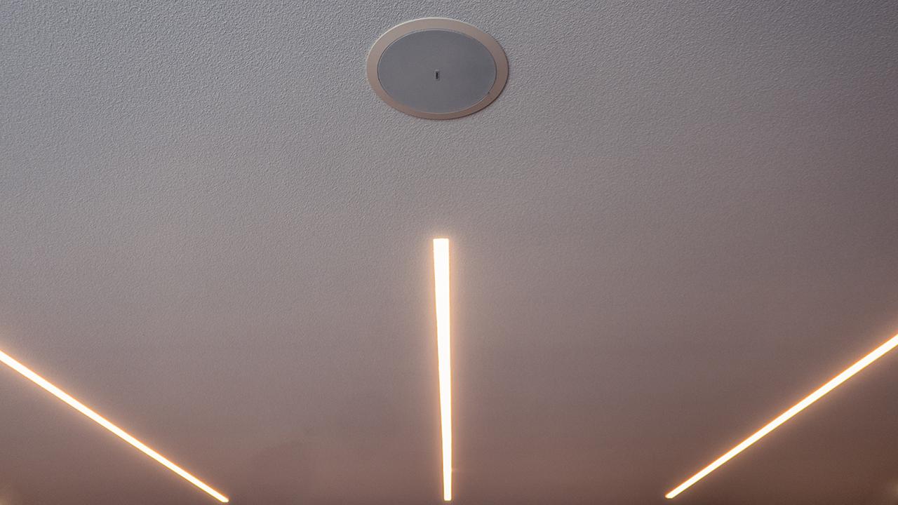 qsc-diffusori-incassati-soffitto-sala-conferenza-invisibili-a-scomparsa