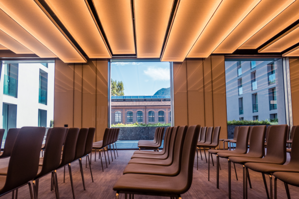 sala-conferenza-hotel-hilton-como-grande-stanza-primo-piano-vista-sul-lago